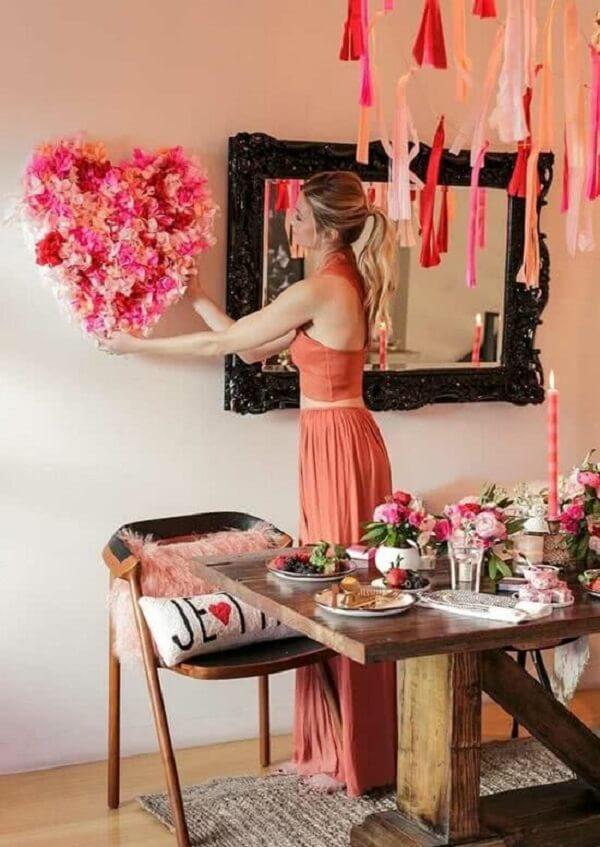 Com elementos criativos e artesanais é possível criar uma linda decoração de dia dos namorados. Fonte: Pinterest