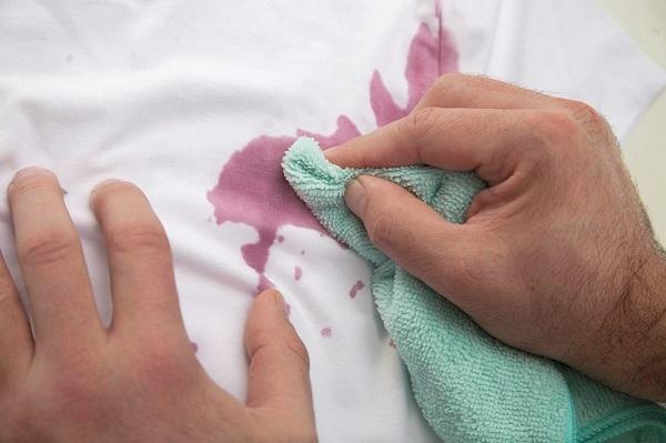 Como tirar mancha de vinho com pano macio