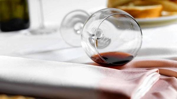 Como tirar mancha de vinho
