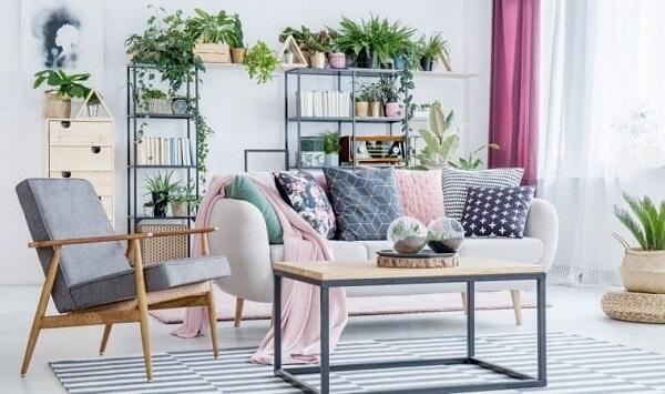 Complemente a decoração da sala com plantas artificiais