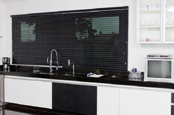 Cortina para cozinha combina com a bancada preta