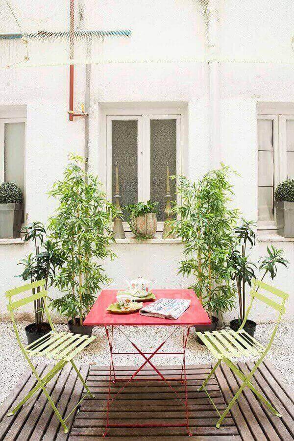 Deck de madeira e vegetação complementam a decoração da varanda boho