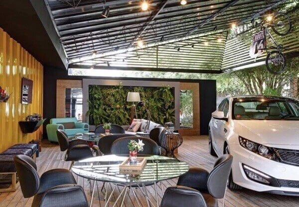 Deck de madeira utilizado como piso para garagem