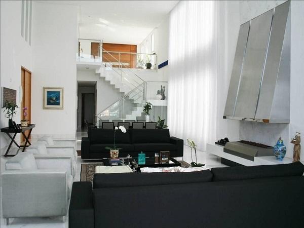 Decoração clean mesclando sofá preto e branco