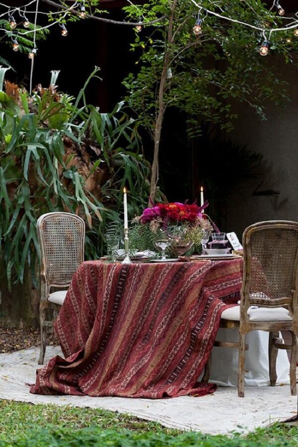 Decoração de dia dos namorados com jantar de velas e cordões de luz. Fonte: Pinterest
