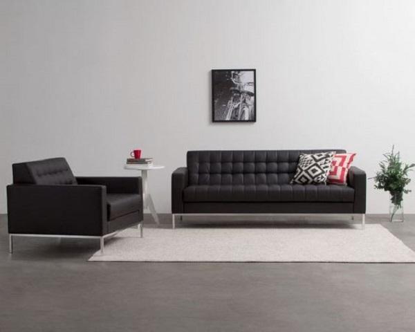 Decoração minimalista de sala com sofá preto