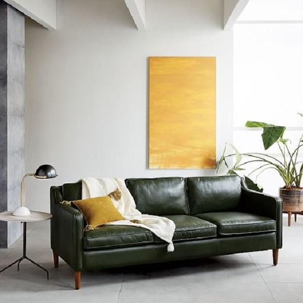 Sala de estar minimalista com a presença de um sofá de couro preto