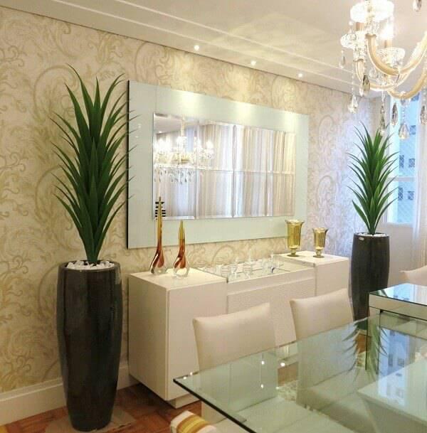 Decore a sala de jantar com flores artificiais