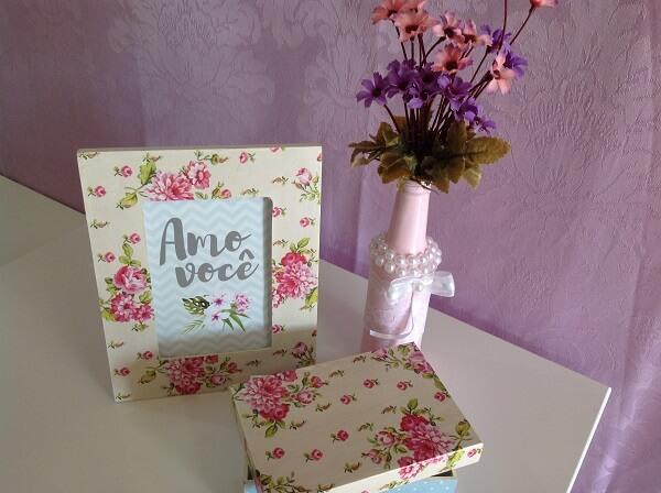 Decoupage com estampa floral aplicada em porta retrato e caixinha