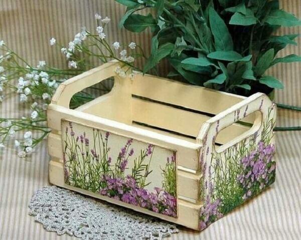 Decoupage aplicado em caixote de madeira