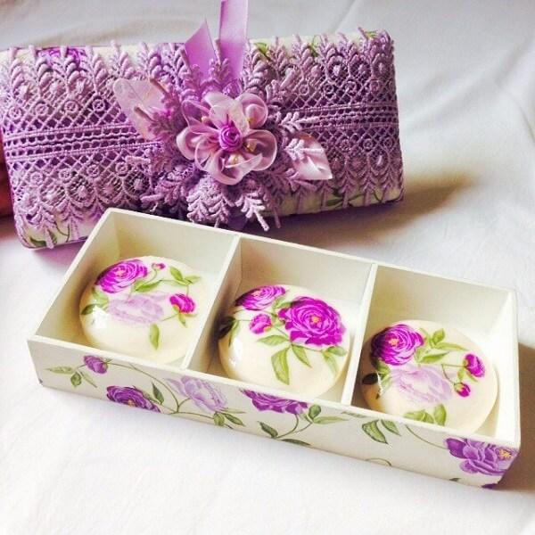 Decoupage com estampa floral aplicada em sabonetes