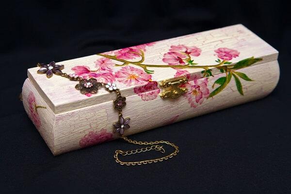 Técnica de decoupage aplicada em madeira