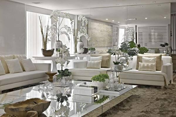 Design clean com elementos decorativos incluídos plantas artificiais