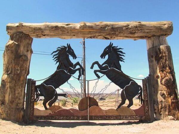 Entrada de chácara com design de cavalos