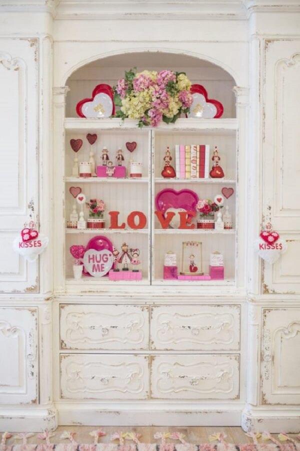 Escolha um móvel da casa e use objetos que marcam o dia dos namorados. Fonte: Pinterest
