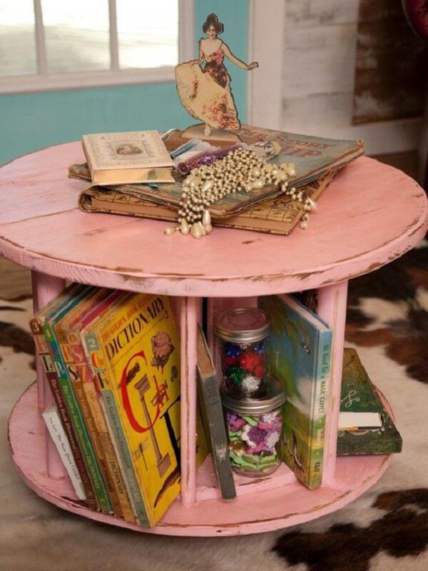 Essa mesa de carretel serve de apoio para livros