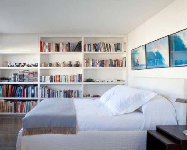 Estante branca para quarto de casal