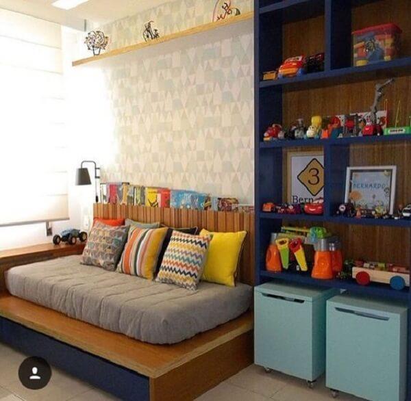 Estante para quarto feito em marcenaria azul e baús com rodinhas