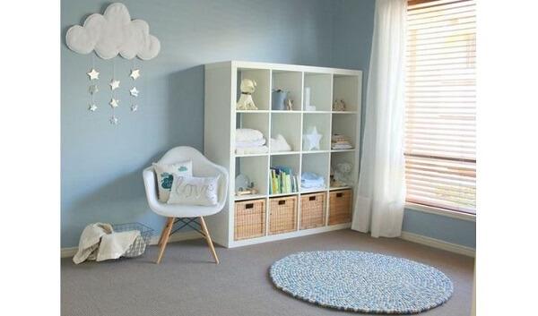 Estante para quarto de bebê com diversos nichos vazados