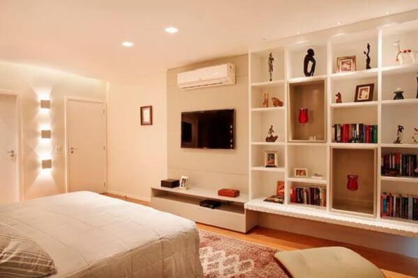 Estante para quarto de casal com diversos nichos embutidos na parede