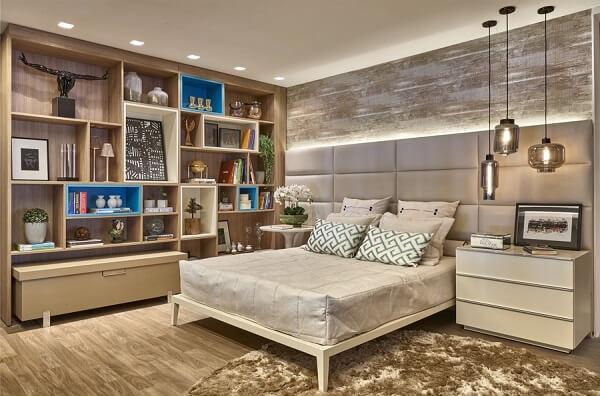 Estante para quarto de casal com diversos nichos vazados