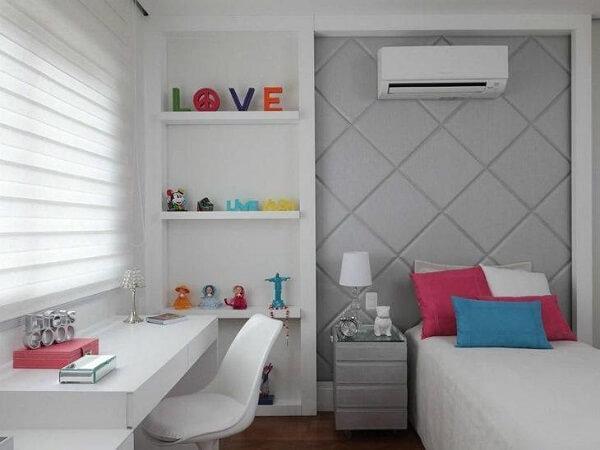 Estante para quarto de menina embutida na parede