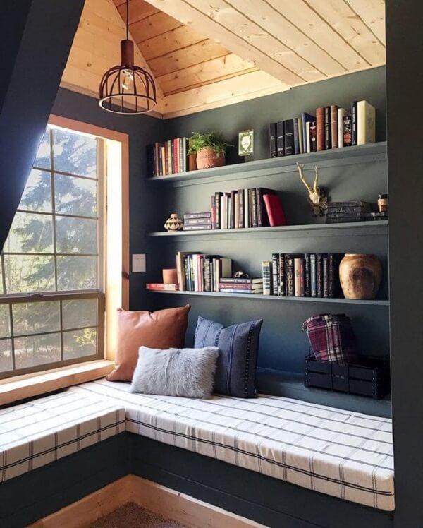 Estante para quarto em tons de azul embutida na parede