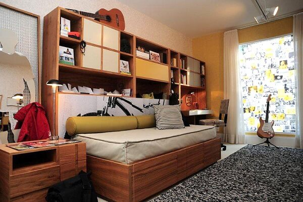 Estante para quarto embutida na cama de solteiro maximiza o ambiente