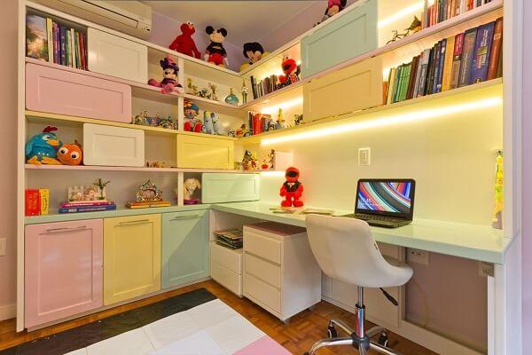 Estante para quarto infantil com nichos coloridos