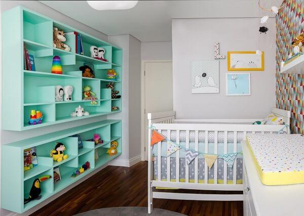 Estante para quarto de bebê na cor verde com nichos