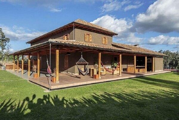 Estrutura de madeira e rede com tecido vermelho para casa de chácara