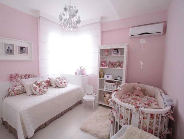 Facilite a organização do ambiente incluindo uma estante para quarto de bebê