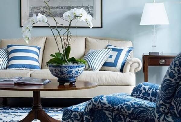 Aposte em arranjos com plantas artificiais para sala de estar