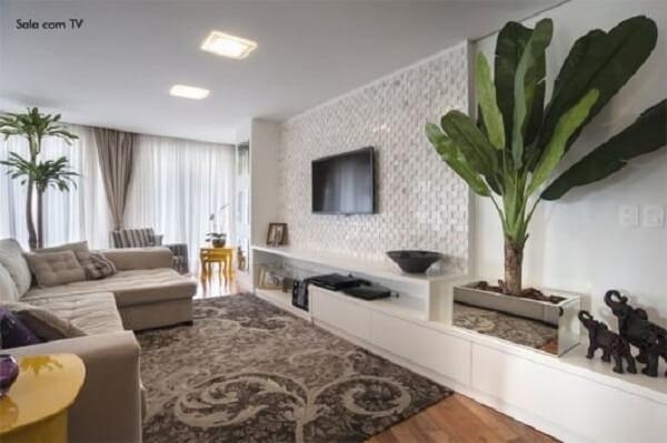 Inclua na decoração de salas amplas plantas artificiais