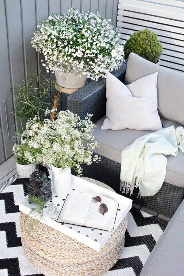 Invista em uma mesa de centro feita em fibras naturais para varanda boho