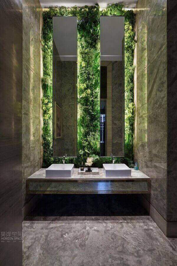 Jardim vertical com plantas artificiais encantam a decoração do banheiro