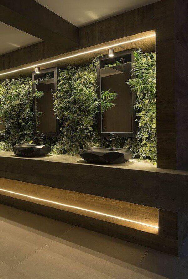 Jardim vertical com plantas artificias complementam a decoração da bancada do banheiro