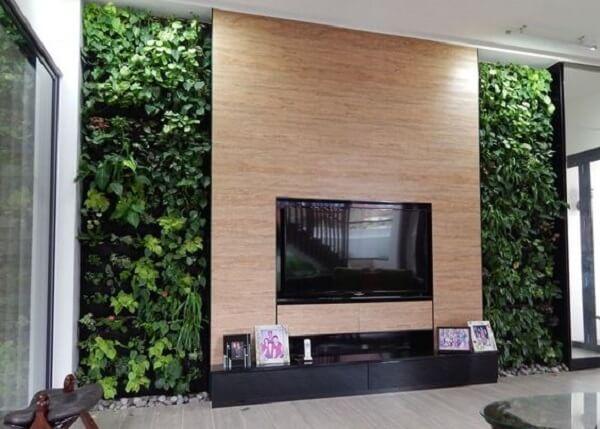 Jardim vertical feito com plantas artificias decoram o ambiente da sala de estar