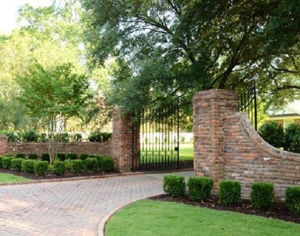 Jardins laterais encantam a entrada de chácara