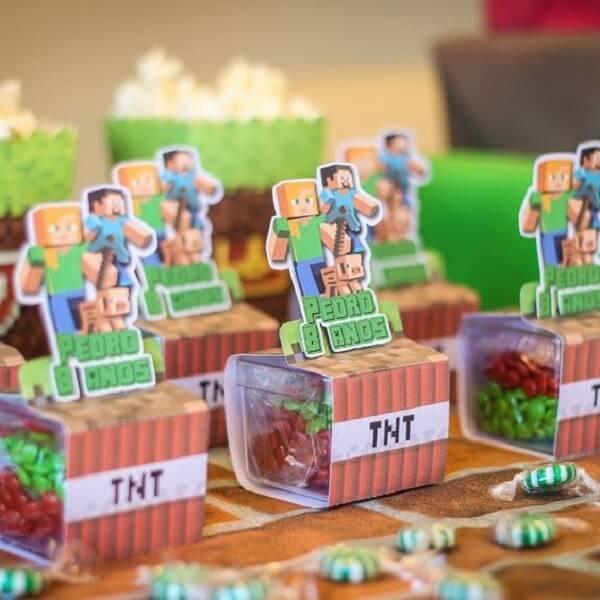 Lembrancinhas feitas com doces complementam a decoração de festa minecraft