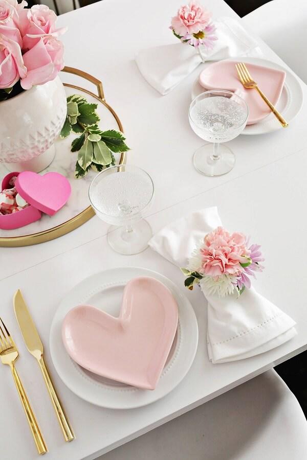 Louças temáticas deixam a decoração de dia dos namorados ainda mais especial. Fonte: Pinterest