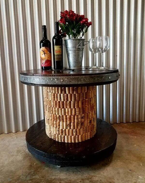 Mesa de carretel com base feita de rolhas de garrafa