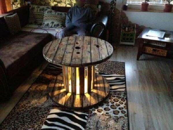 Mesa de carretel de madeira com abertura iluminada