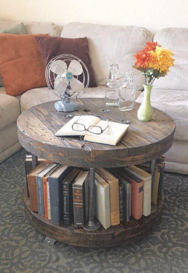 Mesa de carretel utilizada como mesa de centro da sala