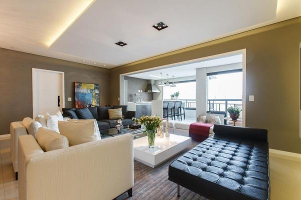 Mescle a decoração da sala de estar com sofá branco e preto
