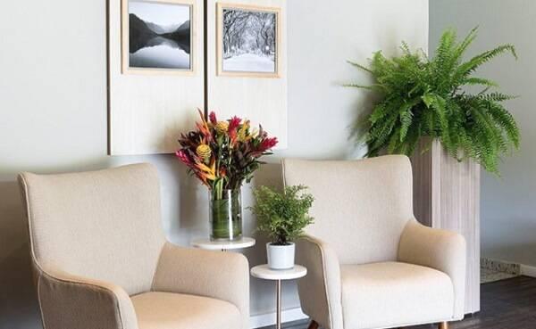 Mescle diferentes flores artificiais no ambiente
