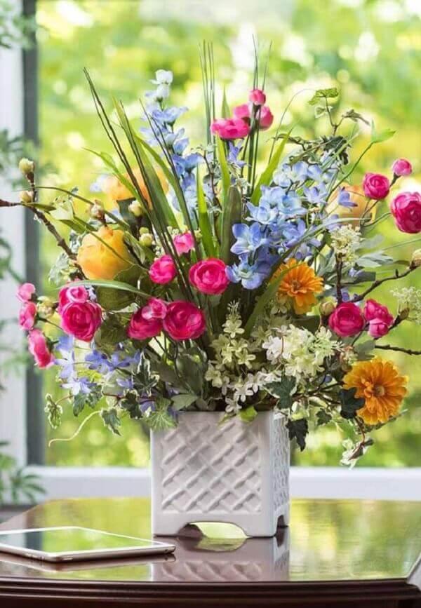 Mescle inúmeras cores ao se utilizar de plantas artificiais na decoração