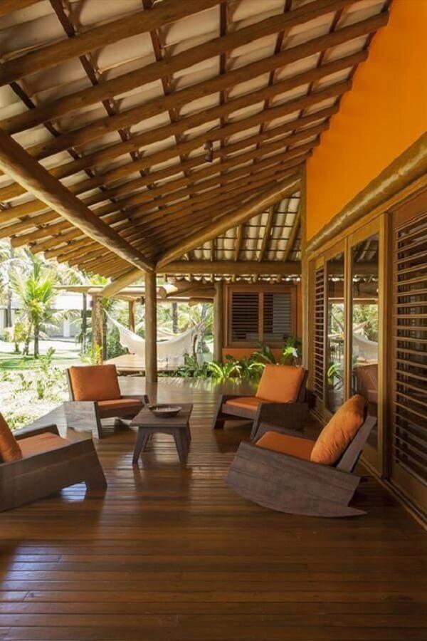 Mobiliário de madeira e plantas complementam a decoração da casa de chácara