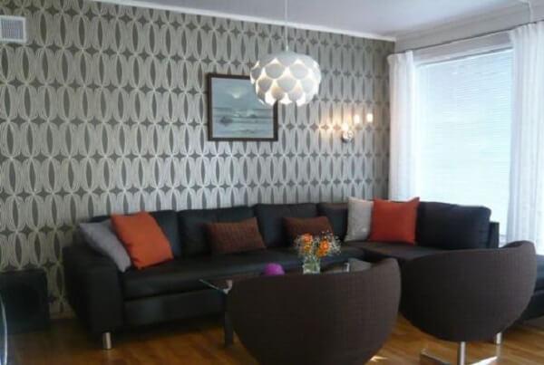 O papel de parede harmonizou bem com o sofá de canto preto