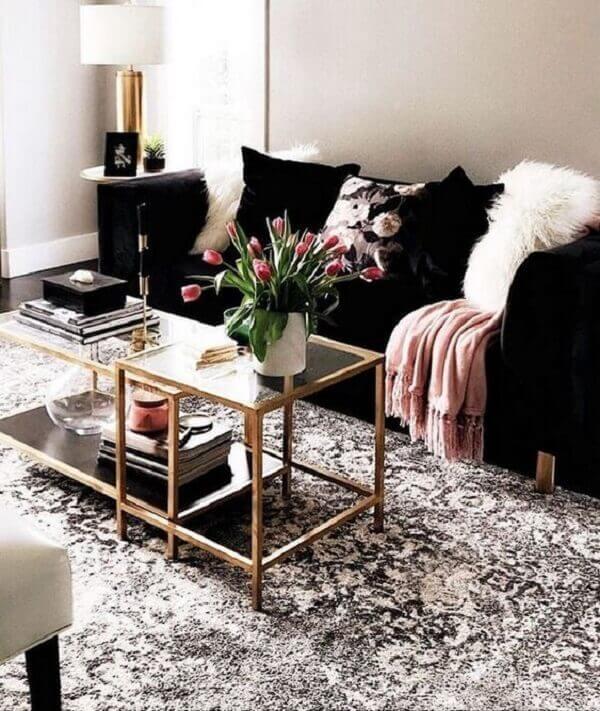O sofá preto compõem a decoração com estilo contemporâneo
